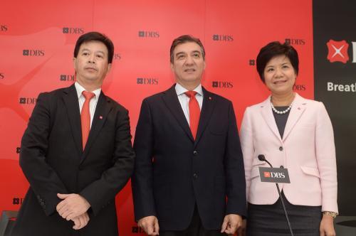 香港星展银行行政仲裁庞华毅(左2)